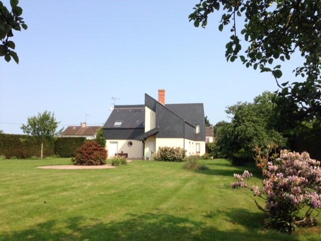 Ré aménagement de la cuisine ouverte sur grande pièce à vivre d'une maison d'architecte située en Normandie par Nathalie Loison aDK'oat à Lille